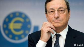 Mario Draghi in front of a symbol of the euro currency (Photo: no info)