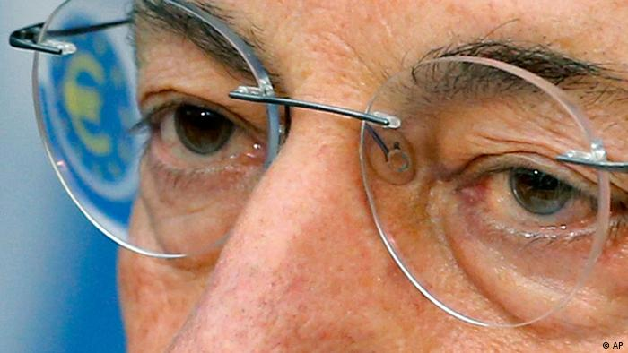 President of European Central Bank Mario Draghi listens to questions as the Euro logo is reflected in his glasses during a news conference in Frankfurt, Germany, Thursday, Sept. 6, 2012, following a meeting of the ECB governing council on the European financial crisis. (Foto:Michael Probst/AP/dapd)