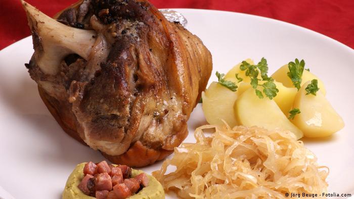Eisbein und Sauerkraut mit Salzkartoffeln