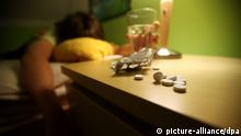ARCHIV - ILLUSTRATION - Ein Jugendlicher liegt 24.06.2010 in seinem Bett, auf dem Nachtisch liegen Schlaftabletten. Nach den Zahlen der Weltgesundheitsorganisation WHO nimmt sich weltweit alle 40 Minuten ein Mensch das Leben. Foto: Oliver Berg dpa (zu dpa-Intergrund «Weltweites Problem: alle 40 Sekunden ein Suizid» vom 04.09.2012) +++(c) dpa - Bildfunk+++