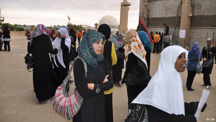 c7115ee6e Junge Frauen in Libyen, Universität Benghazi. Islamisten-Einfluss in Libyen  setzt Liebesbeziehungen unter