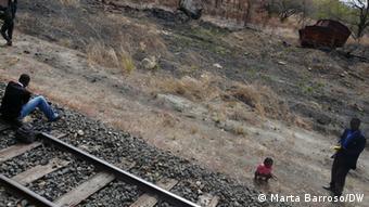 Carruagens velhas na berma: a destruição da linha e dos comboios continua hoje visível ali, nas bermas