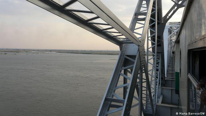 A ponte Dona Ana liga as duas províncias e permitiu, quando foi construída, prolongar o percurso da Linha de Sena