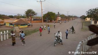 Aqueles que viviam ao longo de grandes infra estruturas sofriam com os ataques da RENAMO. Na imagem: linha férrea de Sena