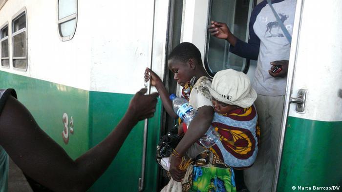 Passageiros a sair do comboio na Beira: a viagem vale a pena. A Beira é, para muitos, um local de grandes oportunidades