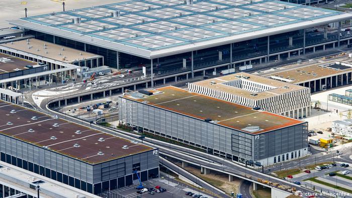 Bauzaun vor dem Terminal des Flughafens Berlin Brandenburg Airport BER Willy Brandt in Schönefeld