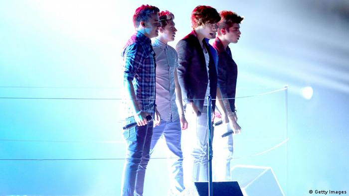 GettyImages 151405350 LOS ANGELES, CA - SEPTEMBER 06: Singers Niall Horan, Louis Tomlinson, Zayn Malik, Liam Payne and Harry Styles of One Direction perform onstage during the 2012 MTV Video Music Awards at Staples Center on September 6, 2012 in Los Angeles, California. (Photo by Christopher Polk/Getty Images)