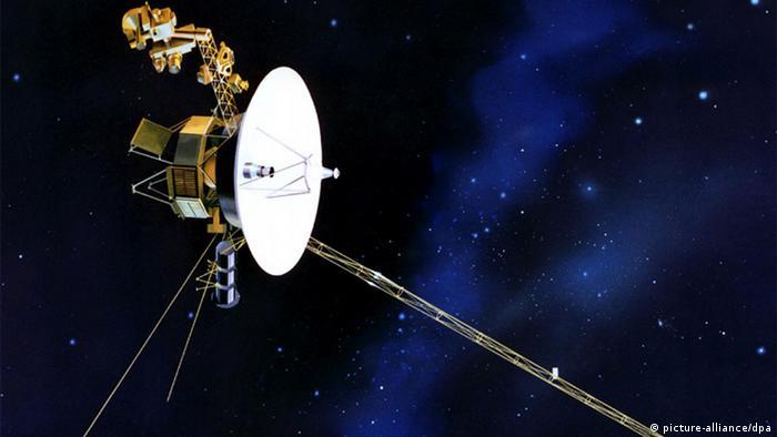 ARCHIV - Eine Illustration zur amerikanischen Raumsonde «Voyager 1» (undatiert). Die US-Raumsonde Voyager 1 nähert sich 33 Jahre nach ihrem Start dem Rand unseres Sonnensystems. Nie zuvor ist ein von Menschen erbautes Objekt so weit geflogen, teilte die US- Raumfahrtbehörde Nasa am Montag mit. Seit ihrem Start am 5. September 1977 hat die Sonde bereits 17,4 Milliarden Kilometer zurückgelegt. Derzeit befinde sie sich in einem Bereich, in dem der Partikelstrom des Sonnenwinds nachlasse, was darauf hindeute, dass Voyager 1 das Sonnensystem bald ganz verlasse, erklärten Raumfahrtexperten. Foto: NASA (zu dpa 0022 vom 14.12.2010) +++(c) dpa - Bildfunk+++<br />