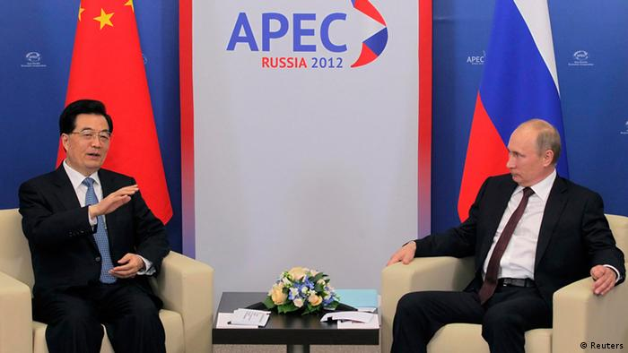 Russian President Vladimir Putin (R) listens to Chinese President Hu Jintao during their meeting at the APEC summit in Vladivostok September 7, 2012. REUTERS/Pool/Maxim Shipenkov (RUSSIA - Tags: POLITICS BUSINESS)