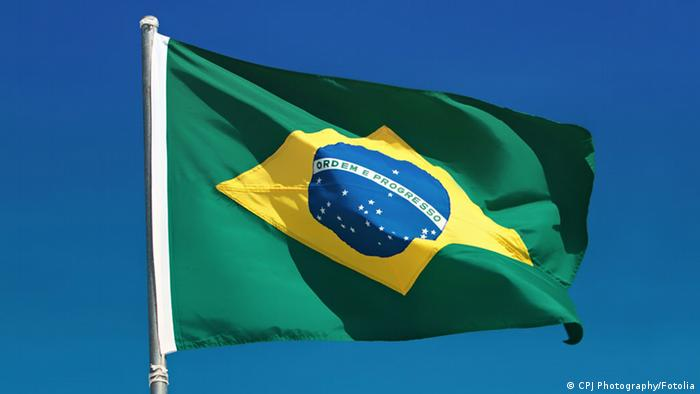 Brazilian flag and pole flutters against Brazil blue skies Foto: CPJ Photography #41932262