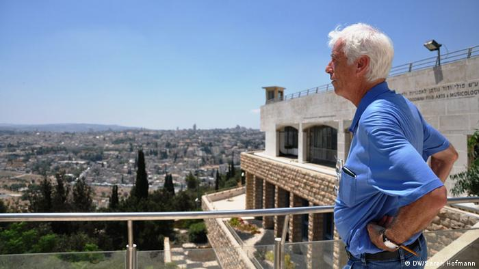 Moshe Zimmermann looks out over Jerusalem (DW/Sarah Hofmann)