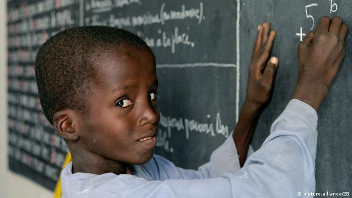 Entwicklungshilfe Afrika / Schulkind in Nigeria