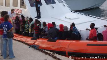 Flüchtlinge an Bord eines Schiffes der italienischen Küstenwache nahe Sizilien (Foto: EPA/GUARDIA COSTIERA)
