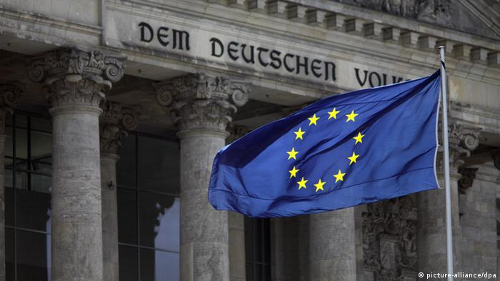 An EU flag waving in front of the German Bundestag (c) picture-alliance/dpa