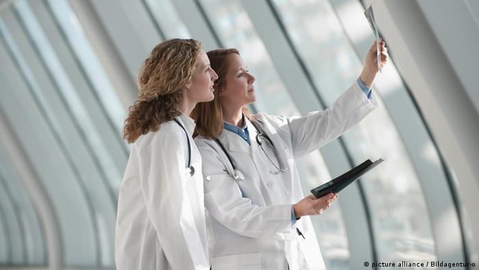 Symbolbild- Ärzte untersuchen Röntgenaufnahmen (picture alliance / Bildagentur-o)