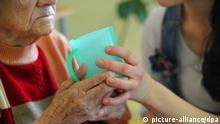 ARCHIV - Eine Pflegekraft hilft einer alten Frau beim trinken aus einem Becher in einem Seniorenheim in Frankfurt (Oder), aufgenommen am 15.02.2011. Mehr als jeder zweite Bundesbürger (52 Prozent) macht sich Sorgen, bei Pflegebedürftigkeit finanziell nicht genug abgesichert zu sein. Mehr als drei von vier Bürgern (77 Prozent) sehen die Pflegeversicherung dafür grundsätzlich nicht als ausreichend an. 82 Prozent meinen laut einer am Mittwoch 23.11.2011 in Berlin veröffentlichten Allensbach-Umfrage vom September weiter, die Politik müsste in Sachen Pflege mehr tun. Foto: Patrick Pleul