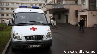 Микроавтобус скорой помощи у входа в больницу в Москве