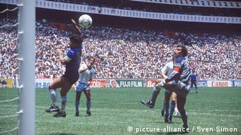 Το χέρι του Θεού ανοίγει το σκορ για την Αργεντινή απέναντι στην Αγγλία το 1986