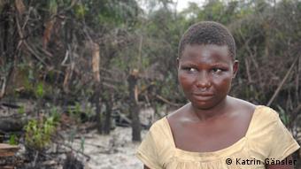 Por uma lata de 25 litros de querosene, Juliette paga 300 nairas (1,50 euros), muito menos do que num posto de gasolina