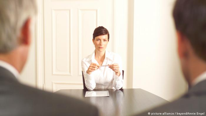 Женщина-руководитель за столом с двумя мужчинами