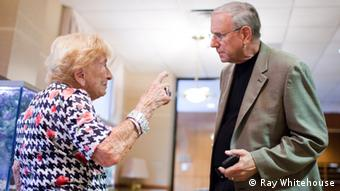 Ethan Bensinger im Gespräch mit der Holocaust-Überlebenden Edith Stern (Foto: Ray Whitehouse)