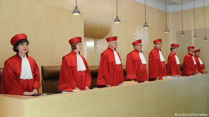 The eight judges of the court's second senate Photo: Uli Deck dpa/lsw