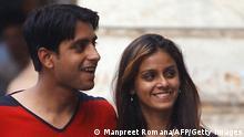 Valentinstag in Indien Pärchen mit Rose
