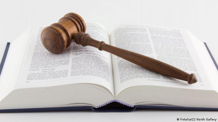 Судейский молоток лежит на книге