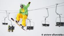 Ein Snowboardfahrer fliegt am Samstag (17.03.2012) auf dem Feldberg im Schwarzwald an einem Sessellift vorbei. Der Liftverbund Feldberg rechnet nach diesem Winter mit dem zweitbesten Ergebnis seit Bestehen des Verbundes. Foto: Patrick Seeger dpa/lsw +++(c) dpa - Bildfunk+++