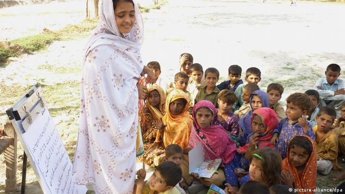 A Pakistani health worker with Save the Children talks to children about hygiene; Photo: EPA/UK DEPARTMENT OF INTERNATIONAL DEVELOPMENT / HANDOUT HANDOUT EDITORIAL USE ONLY/NO SALES +++(c) dpa - Bildfunk+++