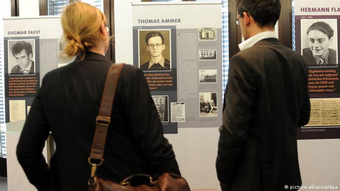 Ausstellungsbesucher (Foto: dpa)