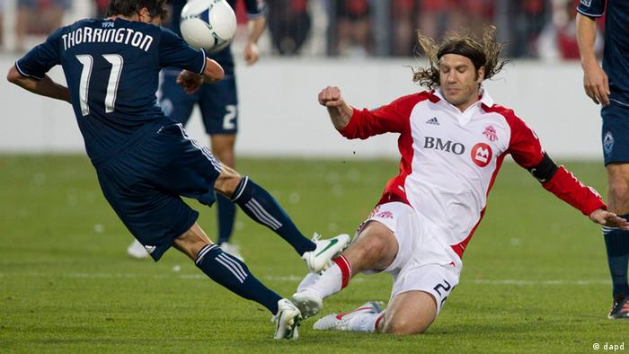 Torsten Frings (r.) bei einem Spiel im Trikot des Toronto FC (Foto: The Canadian Press, Chris Young/AP/dapd)