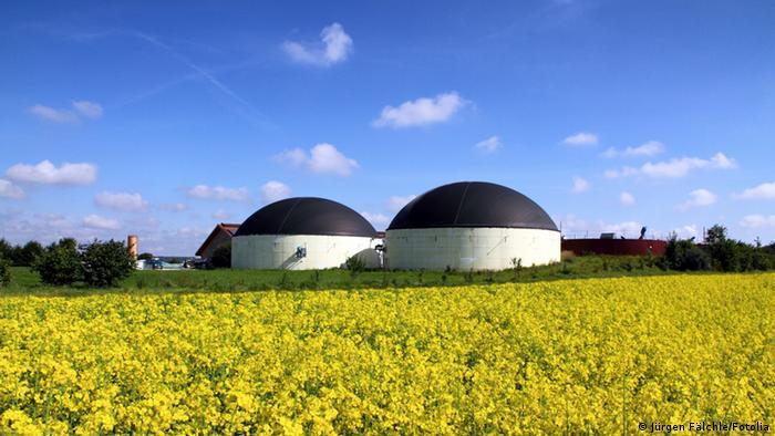 Biogasanlage und Rapsfeld (Foto: Jürgen Fälchle - Fotolia.com)