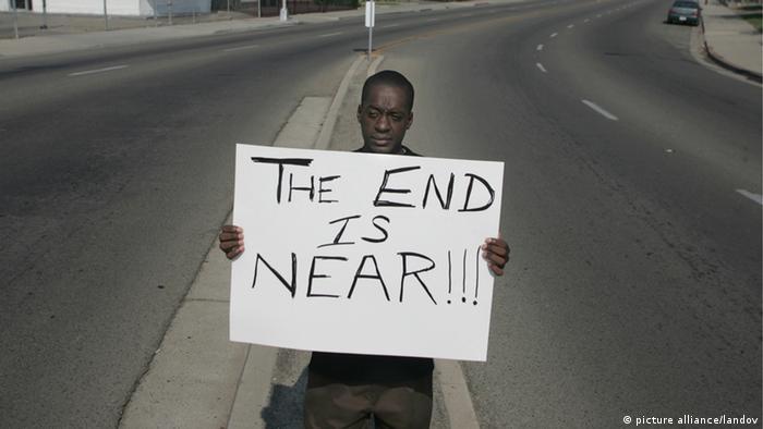 بعض الحركات الدينية تفترض أن نهاية العالم باتت قريبة، والأمريكي الظاهر في الصورة من مدينة كاليفورنيا يحمل لافتة بهذا المعنى