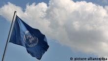 Eine Fahne der Vereinten Nationen weht vor dem Verhandlungssaal der UN-Klimakonferenz (UNFCCC) am Freitag (06.08.2010) in Bonn. Die Konferenz hat den kommenden Weltklimagipfel in Cancun/Mexiko (29.11. bis 10.12.2010) vorbereitet. Foto: Oliver Berg dpa/lnw