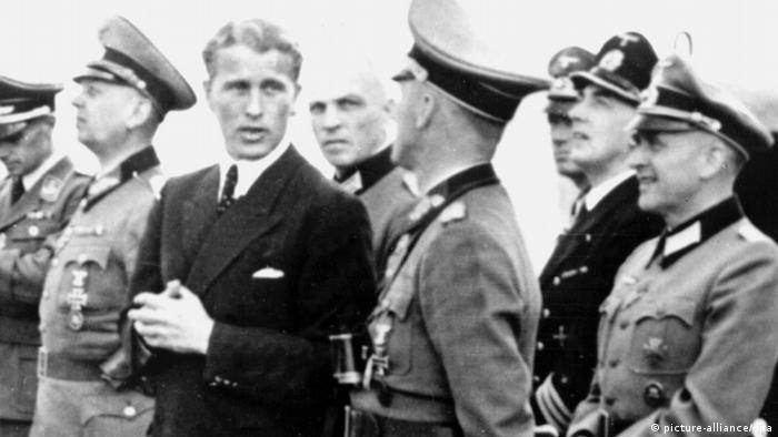 Wernher von Braun mit Offizieren der Wehrmacht in Peenemünde