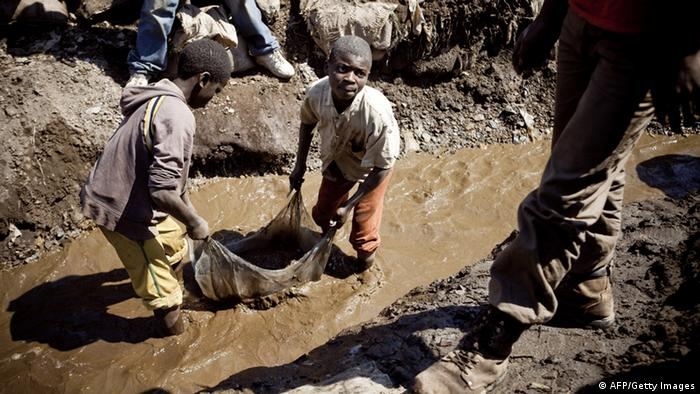 Children working at a mine in the Democratic Republic of Congo (Photo: Gwenn Dubourthoumieu)