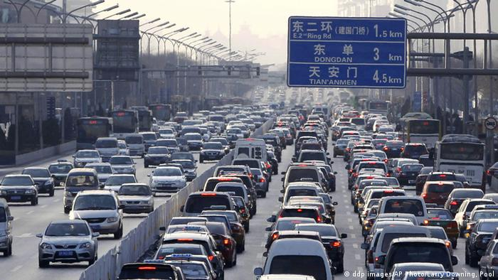 Vehicles are stuck in a traffic jam din Beijing (ddp images/AP Photo/Larry Downing, Pool)