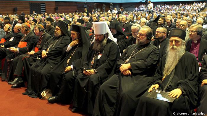 epa03391412 Catholic and Orthodox clergy attend the world meeting for peace entitled 'People and Religions' in Sarajevo, Bosnia and Herzegovina, 09 September 2012. Hundreds of religious leaders of all faiths, from the Balkans and the rest of the world, as well as cultural and civil authorities, will be meeting on the invitation of the Community of Sant_Egidio and Cardinal Vinko Puljic to discuss important issues of the contemporary world and modern history. EPA/FEHIM DEMIR +++(c) dpa - Bildfunk+++