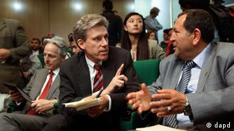 Embaixador Christopher Stevens (c.) foi morto no ataque ao consulado em Bengasi