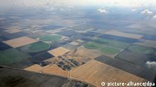 Runde und eckige landwirtschaftliche Anbaufelder am Donnerstag (09.08.2007) auf der Halbinsel Krim (Ukraine). Aufgenommen aus einem Verkehrsflugzeug durch ein Fenster. Foto: Peter Kneffel dpa/lby +++(c) dpa - Report+++