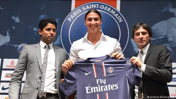 epa03310231 Swedish striker Zlatan Ibrahimovic (C) newly signed player for Paris Saint-Germain soccer poses with his new team jersey after the press conference, with PSG manager Leonardo (R) and Qatar Sports Investments (QSI) President Nasser Al-Khelaifi (L) in Paris, France, 18 July 2012. EPA/CHRISTOPHE KARABA +++(c) dpa - Bildfunk+++