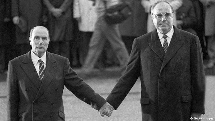 Франсуа Міттеран та Гельмут Коль тиснуть один одному руку