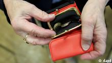 Symbolbild Altersarmut Rentnerin mit Geldbörse