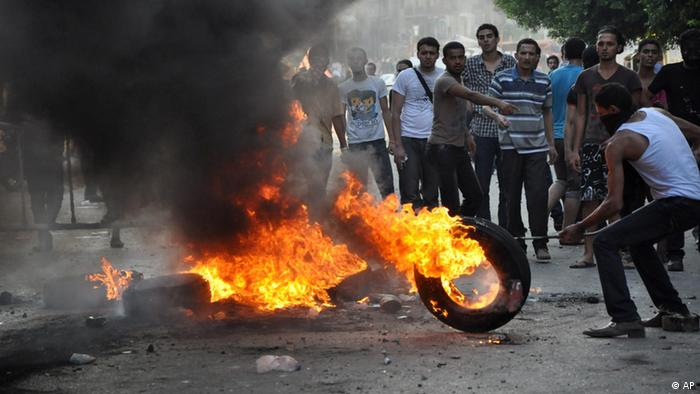 Egyptian protesters burn tires (picture:Hussein Tallal/AP/dapd)