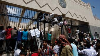 Yemeni protestors climb the gate of the U.S. Embassy during a protest about a film ridiculing Islam's Prophet Muhammad, in Sanaa, Yemen, Thursday, Sept. 13, 2012. Dozens of protesters gather in front of the US Embassy in Sanaa to protest against the American film The Innocence of Muslims deemed blasphemous and Islamophobic. (Foto:Hani Mohammed/AP/dapd)