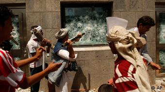 Yemeni protesters break a window of the US Embassy during a protest about an anti-Islam film (Photo: Hani Mohammed / AP / dapd)