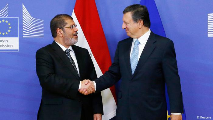 European Commission President Jose Manuel Barroso welcomes Egypt's President Mohamed Mursi (L) before their meeting at the EU Commission headquarters in Brussels September 13, 2012. Mursi is in Brussels for his first visit to Europe since becoming Egypt's first freely elected leader in June, hoping to reassure the European Union of his democratic credentials and win pledges of economic aid. REUTERS/Francois Lenoir (BELGIUM - Tags: POLITICS)