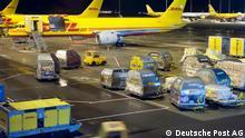 Nachts wird auf Landebahn und im Warehouse auf Hochtouren gearbeitet: 60 Starts und Landungen müssen abgefertigt werden. Was per Express innerhalb von Europa verschickt wird, landet am Flughafen Leipzig-Halle. Dieser ist der zweitgrößte Frachtflughafen Deutschlands, 14. Juli 2011; Copyright: Deutsche Post AG