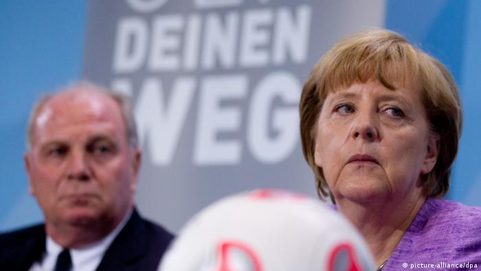 Angela Merkel with Uli Hoeness (photo: Kay Nietfeld dpa)